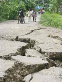 Earthquake in Peru causes cracks in the ground