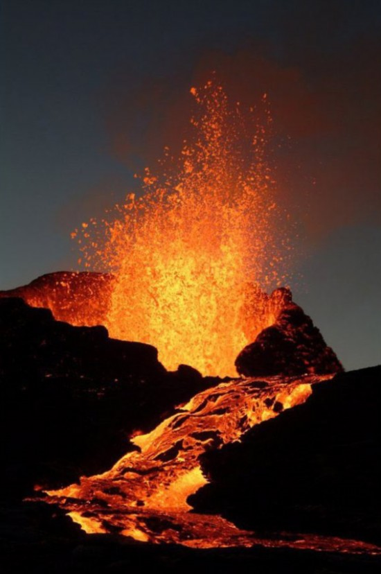 What causes volcanoes? Geology