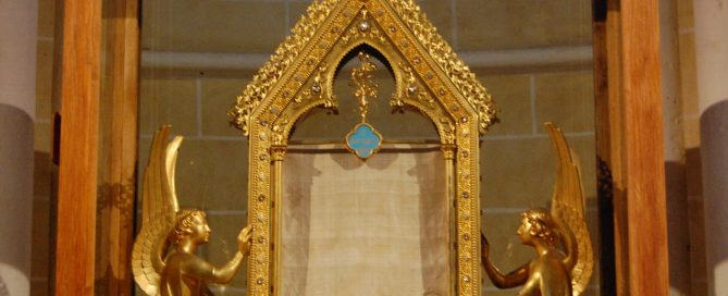 A linen cloth inside a glass case: Mary's tunic