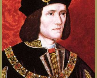 Richard III: a white man with brown hair and a black cap